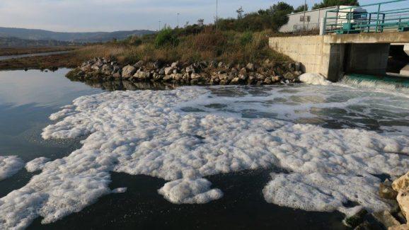 Penjenje morske vode ob vstopu v polslano laguno Škocjanskega zatoka. Foto: Borut Mozetič
