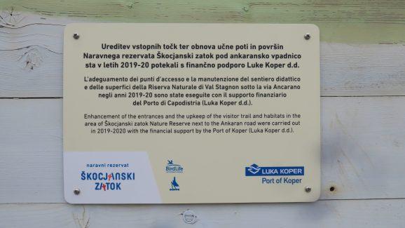 Območje smo uredili s finančno pomočjo družbe Luka Koper d. d., zahvalna tabla, foto: Katja Mihalič